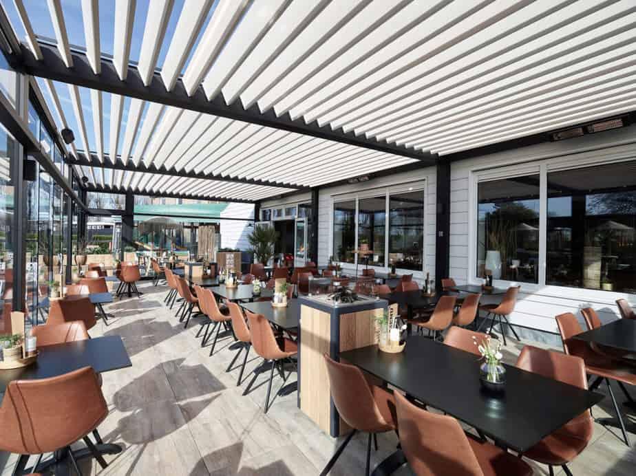 Terrasoverkapping voor restaurant met lamellen © Decoranda veranda's